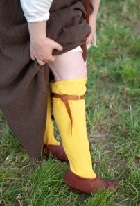 Mit Zwiebel gefärbte Strümpfe, dazu Kniebänder nach Funden aus London. Die Schuhe sind nach einem Fund aus Schleswig wendenäht von Andreas Helfert.