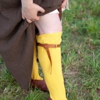 Selbst gefärbte Strümpfe, dazu Kniebänder nach Funden aus London. Die Schuhe sind nach einem Fund aus Schleswig wendenäht von Andreas Helfert.