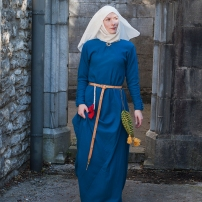 Mit Waid gefärbtes, hellblaues Kleid aus mittlerem Wollkörper. Dazu Schleier,