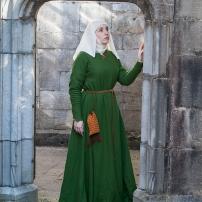 Mit Reseda und Indigo gefärbtes Kleid aus mittlerem Wollkörper. Dazu ein Seidenschleier und ein Almosenbeutel.