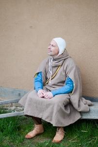 Gardecorps aus naturbrauner Wolle und mit einem Futter aus resedagelber Wolle. Darunter ein Kleid welches mit Waid gefärbt wurde.