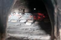Aschebrote, die in der Asche im Ofen gebacken werden.