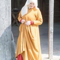 Ein Kleid aus mit Krapp gefärbter Wolle, darüber ein weiteres Kleid welches mit Kamille gefärbt wurde. Der Schleier hat einen halbrunden Zuschnitt.