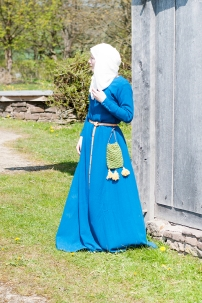Kleid aus zweifach mit Waid gefärbtem Wollkörper.