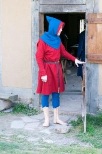 Ein Kleid aus krapproter Wolle, Beinlinge und Gugel sind aus derselben, mit Indigo gefärbten Wolle.