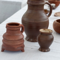 Krüge und Becher nach Keramikfunden aus Siegburg, 13. Jahrhundert