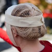Haarnetz in Filettechnik, dazu ein Gebende, beides aus Leinen. Das Haarnetz wurde von Andrea Sihler geknüpft.
