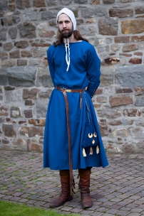 Männerrock, zweifach mit Indigo gefärbt. Dazu eine Bundhaube und ein Almosenbeutel.