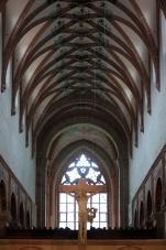 Das Kirchenschiff mit einem Jesus am Kreuz aus dem 15. jahrhundert. Die Figur ist aus Stein gehauen.