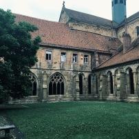 Blick aus dem Kreuzgang in den Klostergarten. Hier sieht man die hochgotischen Fenster des Westflügels.