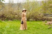 Kleid einer einfachen Stadtbewohnerin, gefärbt mit Walnussschalen.