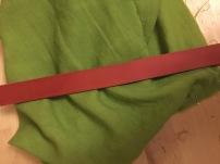 Pflanzlich gefärbtes Leder auf pflanzlich gefärbtem Stoff.