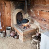 Hinterlader Ofen - die Glut des Herdfeuers wird in die Ofenöffnung geschoben und so der Raum auf der anderen Seite der Wand beheizt.