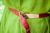 Mit Krapp rot gefärbter Ledergürtel. Die Beschläge und Schnalle sind typisch für das 13. Jahrhundert und sind in verschiedenen Fundkomplexen, sowie auf Bildquellen repräsentiert.