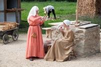 Rechts: Alltagskleid, gefärbt mit Krapp, Links: Kleid einer einfachen Stadtbewohnerin, gefärbt mit Walnussschalen.
