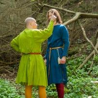 Links: Kleid aus Wolle mit Indigo und Reseda gefärbt, Rechts: Kleid aus Wolle mit Indigo gefärbt.
